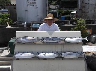 8月5日 神戸 吉田氏 キハダマグロ 4kg カツオ 3kg 5匹 (上瀬沖) (2) (1024x764)