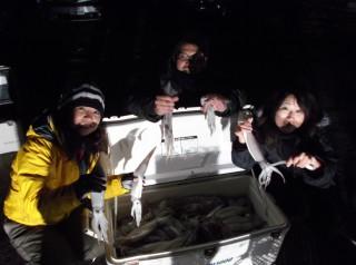 1月2日 トモさん、長谷川さん,サチさん スルメイカ 約200パイ (上瀬沖) (2) (1024x764)