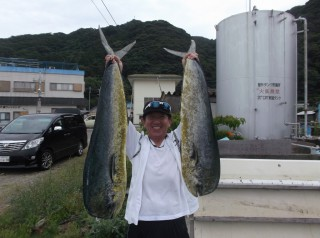 7月6日 大阪 西田氏、トモさん 丹波  小柴氏 シイラ 90-120? 多数 (岬沖)シイラ残りは全部リリーイスしました、どれだけ釣れたか覚えていません。 (3) (1024x764) - コピー