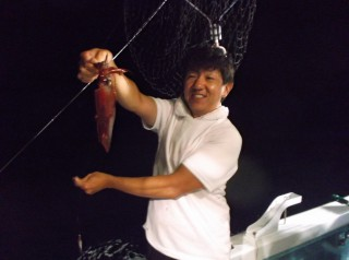7月12日 大阪 神林さん、西田氏 アカイカ 10-25? 約200ハイ (マキザキ沖)船の生けすに入りきれなかったほどです。 (3) (1024x764)