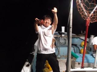 7月12日 大阪 神林さん、西田氏 アカイカ 10-25? 約200ハイ (マキザキ沖)船の生けすに入りきれなかったほどです。 (2) (1024x764)