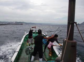 7月30日 湾内 真鯛の稚魚を放流しました (1) (1024x764)