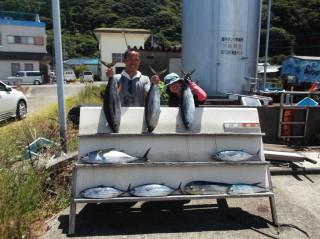 8月6日 大阪 神林トモさん、松本市 松田氏 キハダマグロ 5キロー8キロ 4匹 カツオ 3匹 (岬流し釣り)